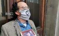 Tři ekologičtí aktivisté se přivázali k budově ministerstva financí. Upozorňují na chybějící ekologický rozpočet