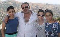 Tři sestry brutálně zavraždily svého otce, protože je sexuálně zneužíval. Přesto čelí obvinění