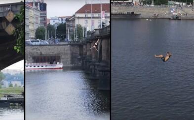 Tři skokani zároveň skočili ze tří mostů v centru Prahy