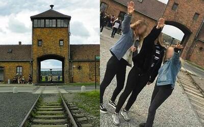 Trojica dievčat si zahajlovala pred bránami Osvienčimu a fotku zavesili na Instagram. Hrozí im pokuta až väzenie