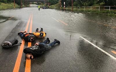 Trojica ukradla auto a čoskoro s ním skončila uviaznutá v zaplavenom podjazde v Bratislave