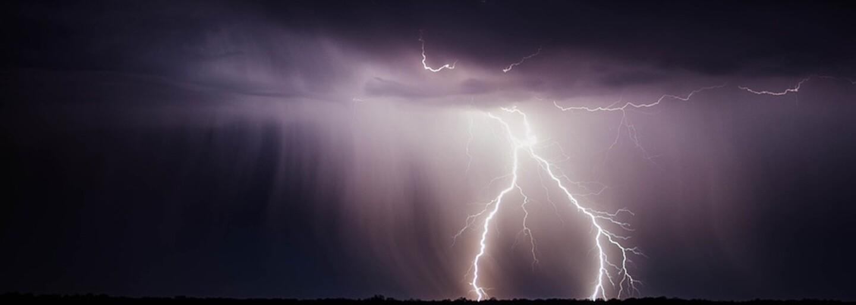 Tropické teploty by měly už dnes v noci vystřídat silné bouřky! V Česku se konečně ochladí