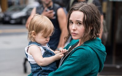 Tuláčka Ellen Page kvôli peniazom a streche nad hlavou unesie dieťa a prehlási ho za svoje