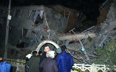 Turecko zasáhlo zemětřesení o síle 6,8. Zhroutilo se několik budov