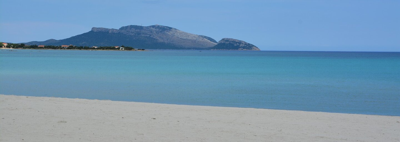 Turista dostal pokutu 1000 eur za to, že si z pláže na Sardinii odvezl písek v lahvi jako suvenýr