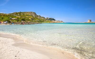 Turista dostal pokutu 1000 eur za to, že si z pláže na Sardínii zobral piesok vo fľaši ako suvenír