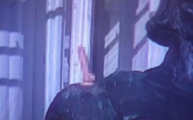 Turista připevnil na sochu Jana Husa umělý penis. Nevhodná legrace jej stála pokutu 10 tisíc korun