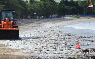 Turisté se na Bali brodí hromadami odpadků. Denně se jich na plážích objeví 100 tun