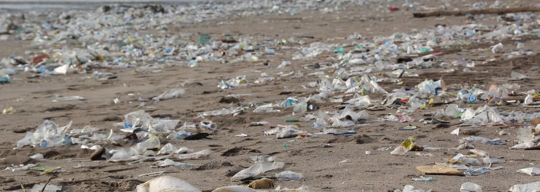 Turisti sa na Bali brodia hromadami odpadkov. Každý deň sa ich na plážach objaví 100 ton