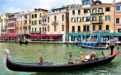 Turisté přibrali, stěžují si Benátčané. Museli omezit počet lidí na gondolách, protože se začaly potápět