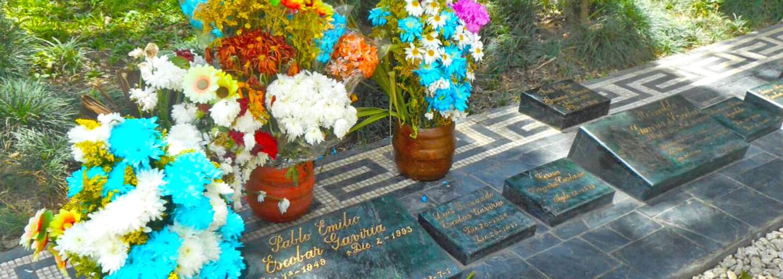 Turistu natočili, ako šňupe kokaín z hrobu Pabla Escobara. Miesto posledného odpočinku narkobaróna sa stalo nezvyčajným bodom záujmu