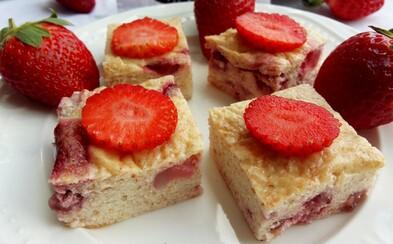 Tvarohovo-krupicový koláč s jahodami má minimum kalorií a 5 gramů bílkovin v jednom kousku (Recept)
