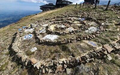 Tvůrci obrazce z kamenů na Sněžce se sami přihlásili, dostali pokutu a nabídli brigádnickou pomoc