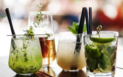 Týchto 5 osviežujúcich drinkov musíš v lete ochutnať. Vyšperkované  verzie tradičných koktejlov si zvládneš pripraviť aj doma