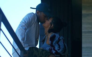 Tyga a Kylie Jenner odpovedajú na kritiku ohľadom ich vzťahu bozkami a úsmevmi v spoločnom videu Stimulated