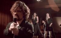 Tyrion z Game of Thrones spoločne s kapelou Coldplay predstavujú muzikálovú verziu známeho seriálu