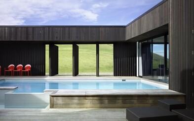 Tyrkysová voda v bazénu, nedotčená příroda kolem a architektonická moderna. I takové může být bydlení na Novém Zélandu