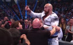 Tyson Fury se nechal vyprovokovat během wrestlingového zápasu. Musela ho držet ochranka