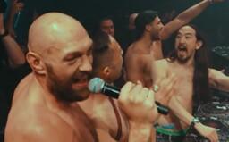Tyson Fury sa po výhre nad Wilderom poriadne odviazal na párty vo Vegas. Polonahý si dokonca zaspieval známu pesničku