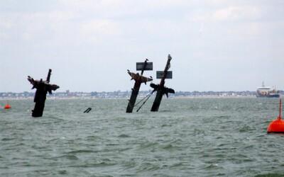 U Anglie leží potopená loď plná 1 000 tun výbušnin, jejíž exploze by ze zemského povrchu vymazala celou přilehlou oblast. Stala se obětí války