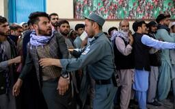 U letiště v Afghánistánu došlo k mohutné explozi. O život přišlo nejméně 13 lidí, mezi nimi Američané