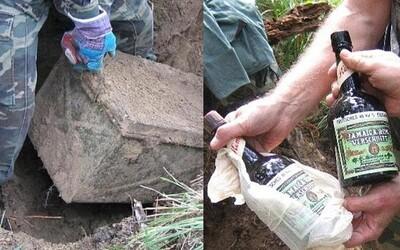 U Petrohradu vykopali truhlu nacistického vojáka plnou vzácných dobových předmětů. Jamajský rum před koncem války už vypít nestihl