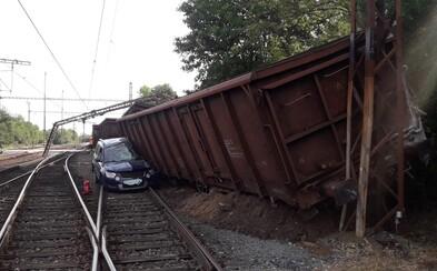 U Prahy se samovolně rozjelo 32 nákladních vagónů, které pak narazily do osobního auta. Dva lidé byli odvezeni do nemocnice
