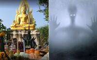 UFO nadšenci cestujú do Thajska k soche Budhu. Vraj je to červia diera a mimozemšťania ju používajú na cestovanie dimenziami
