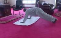 Ugandský prezident nahrál video, ve kterém občanům ukazuje, jak si zacvičit u sebe doma. V zemi je zakázáno cvičit venku