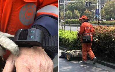 Uklízeči v Číně jsou nuceni nosit náramky, které sledují jejich výkon. Pokud se na 20 minut zastaví, mají problém