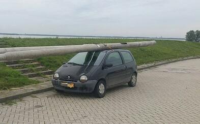 Ukradol dva lampové stĺpy a prevážal ich na streche auta, šoféroval opitý a nemal ani platný vodičák. Holandský šofér policajtov pobavil