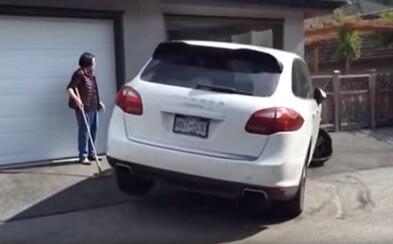 Ukradol Porsche rodičov, rozbil cudzie auto a potom aj garáž. 16-ročný tínedžer bez vodičáku svoju jazdu nedomyslel