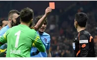 Ukradol rozhodcovi z ruky červenú kartu a vylúčil ho. Hráč Salih Dursun poslal arbitra pod sprchy v búrlivom zápase tureckej ligy