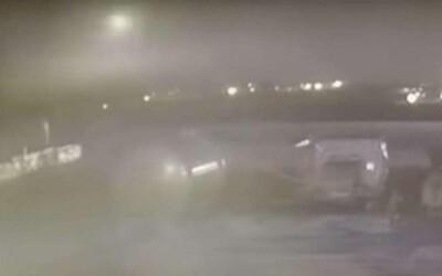 Ukrajinské letadlo měly sestřelit dvě rakety. Oba zásahy zachytila bezpečnostní kamera