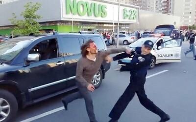 Ukrajinský olympijský vítěz v zápasení versus 7 policistů. Vyacheslav se nechtěl dát spoutat, tak se pustil do potyčky