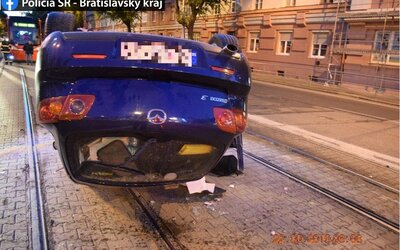 Ukrajinský řidič v Bratislavě neudržel auto na silnici a převrátil ho na střechu. V dechu měl 1,69 promile