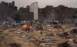 Ulice plné mrtvých a přeplněné nemocnice. V Indii jen za včerejší den přibylo 332 730 nově nakažených koronavirem