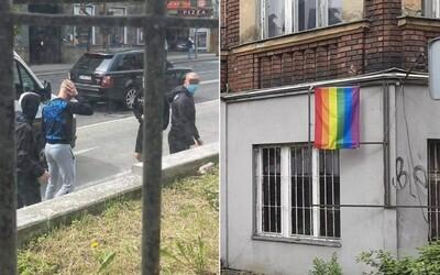 Ultras Slovana ukradli vlajku LGBT. V Žiline zas iná partia dúhovú zástavu zapálila
