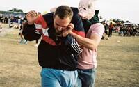 Umelec Aleš Vojtášek nahnal ľudí do vagónov hrôzy a desil prasacími maskami. Chcel im ukázať, aké ľahké je stratiť ľudskosť