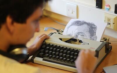 Umelec vytvára portréty obľúbených spisovateľov na písacom stroji