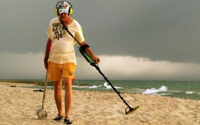 Umelec zahrabal zlato v hodnote 16 000 dolárov na pláži