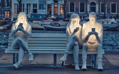 Umelkyňa zhmotnila našu závislosť na smartfónoch. Celý čas nás ožaruje len svetlo z displeja smartfónu