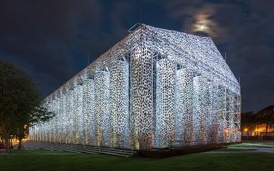 Umělkyně postavila Parthenón ze 100 tisíc zakázaných knih na místě, kde nacisté v roce 1933 spálili 2 tisíce nepohodlných titulů