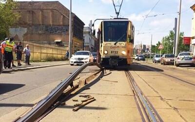 Úmorné vedro poškodilo tramvajové koleje v pražských Nuslích
