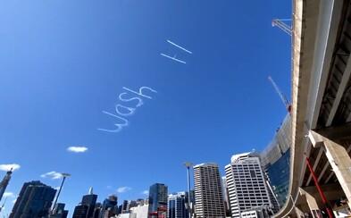 Umývejte si ruce, napsal někdo v Sydney na oblohu