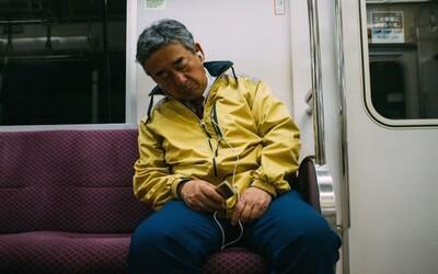 Únavou odpadávající lidi v tokijském metru