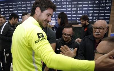 Uniklo erotické video trénera futbalového klubu Malaga, na ktorom je v drese a dole bez. Vedenie ho za to suspendovalo