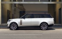 Úplne nový Range Rover je tu. Má až 5 displejov, čistý dizajn a 530-koňový osemvalec od BMW