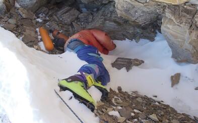 Upratovači Mount Everestu už našli 4 mŕtve telá. Ich prácu vyčistiť najvyšší vrch sveta im komplikujú desivé nálezy