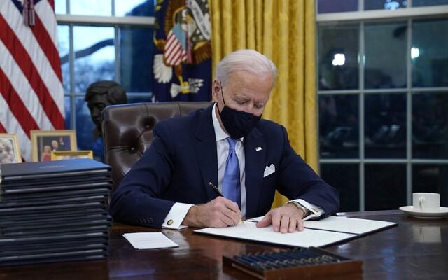 USA se vrací pařížské klimatické dohodě. Biden hned po nástupu udělal další zásadní rozhodnutí